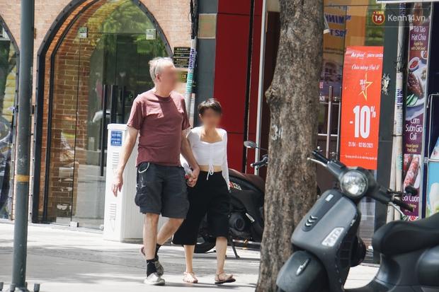 Ảnh: Người Sài Gòn vẫn chủ quan, không đeo khẩu trang nơi công cộng trước nguy cơ bùng dịch Covid-19 - Ảnh 6.