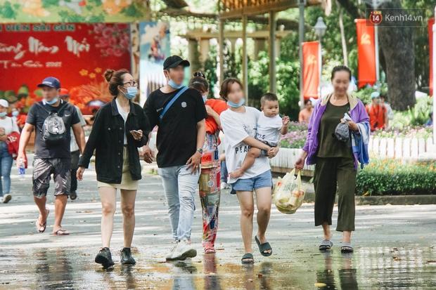 Ảnh: Người Sài Gòn vẫn chủ quan, không đeo khẩu trang nơi công cộng trước nguy cơ bùng dịch Covid-19 - Ảnh 9.