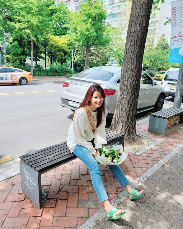 Mới sáng ra mỹ nhân Vườn Sao Băng Lee Si Young đã lên top Naver, tất cả là vì đôi dép xấu lạ nhưng giá tận 20 triệu? - Ảnh 2.