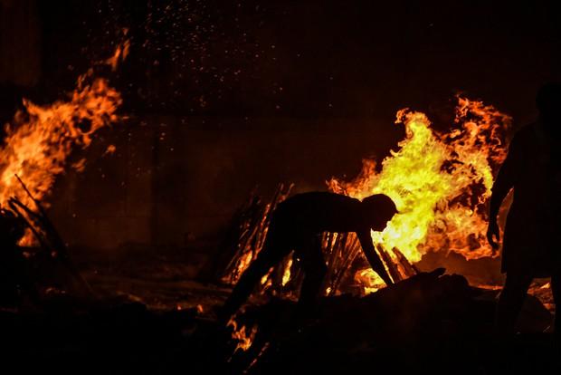 Từ địa ngục Covid của Ấn Độ: Chúng ta chứng kiến những năm tháng bị đại dịch cướp mất, sinh mệnh tan theo làn khói của những giàn hỏa thiêu - Ảnh 15.