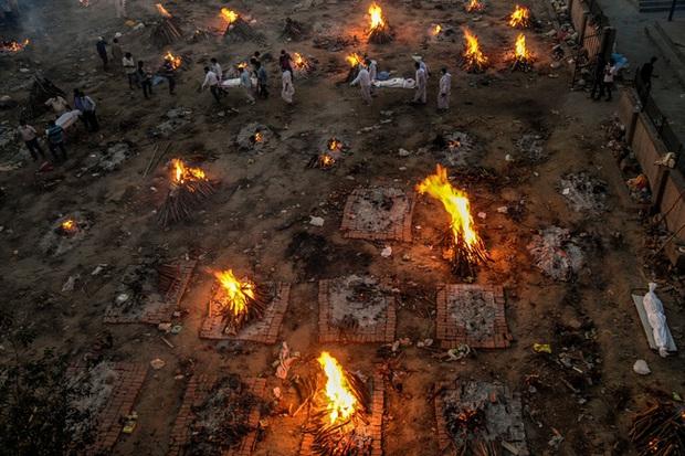 Bãi hỏa táng Covid-19 luôn rực lửa ở Ấn Độ giống như ngày tận thế hé lộ sự thật khủng khiếp về tảng băng chìm ít ai biết - Ảnh 2.
