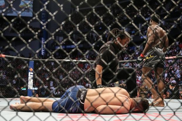 Võ sĩ gãy đôi chân kinh hoàng sau cú đá về phía đối thủ, càng rợn người khi biết câu chuyện trùng hợp diễn ra vào 8 năm trước - Ảnh 2.