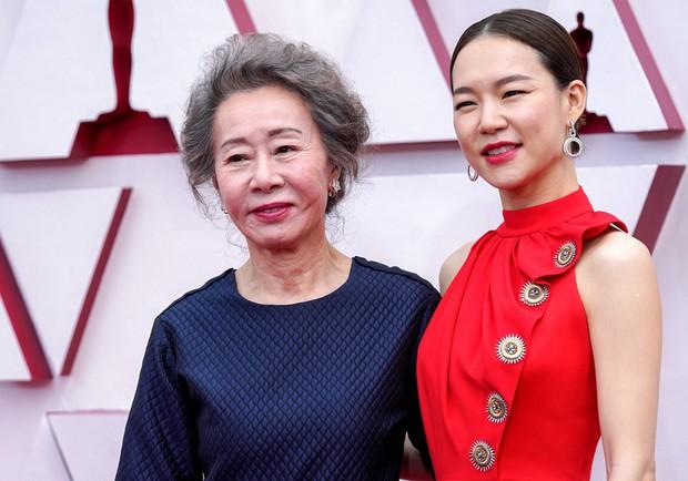 Siêu thảm đỏ Oscar 2021: Minh tinh 74 tuổi xứ Hàn chiếm spotlight, công chúa Disney đọ sắc bên người đẹp suýt lộ vòng 3 - Ảnh 3.