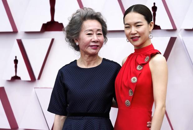Siêu thảm đỏ Oscar 2021: Minh tinh 74 tuổi xứ Hàn chiếm spotlight, công chúa Disney đọ sắc bên người đẹp suýt lộ vòng 3 - Ảnh 4.