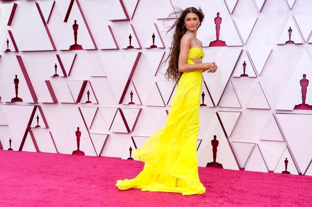 Siêu thảm đỏ Oscar 2021: Minh tinh 74 tuổi xứ Hàn chiếm spotlight, công chúa Disney đọ sắc bên người đẹp suýt lộ vòng 3 - Ảnh 6.