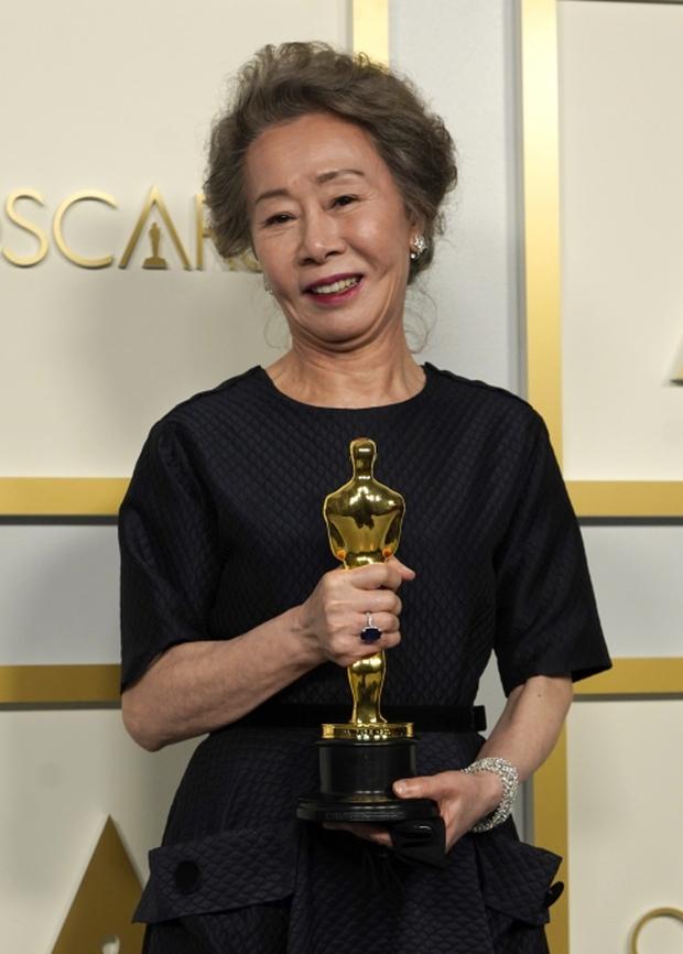 Nữ minh tinh 74 tuổi xứ Hàn vừa làm nên kỳ tích ở Oscar 2021, Song Hye Kyo liền có động thái đặc biệt gây bão cả MXH - Ảnh 3.