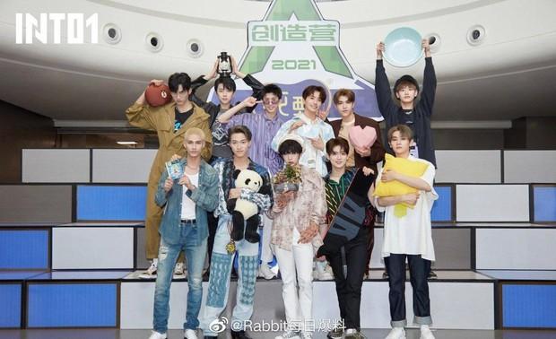 Debut chưa được 1 ngày, fan Center Sáng Tạo Doanh 4 đã vùng lên vì idol đứng lệch khỏi vị trí trung tâm - Ảnh 1.