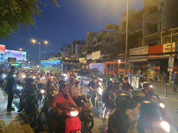 TP.HCM: Cháy dữ dội tại cửa hàng sơn, hàng trăm người đứng dưới đường theo dõi dập lửa - Ảnh 3.
