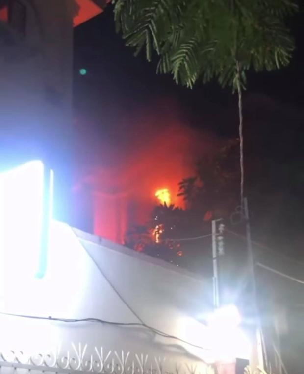 Thiếu gia Phillip Nguyễn được khen ngợi vì dũng cảm bê bình cứu hoả, xông vào dập đám cháy lớn ở gần nhà - Ảnh 3.
