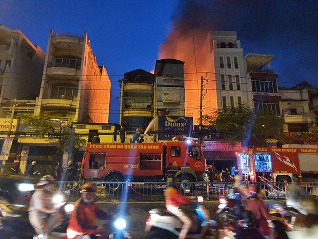 TP.HCM: Cháy dữ dội tại cửa hàng sơn, hàng trăm người đứng dưới đường theo dõi dập lửa - Ảnh 2.