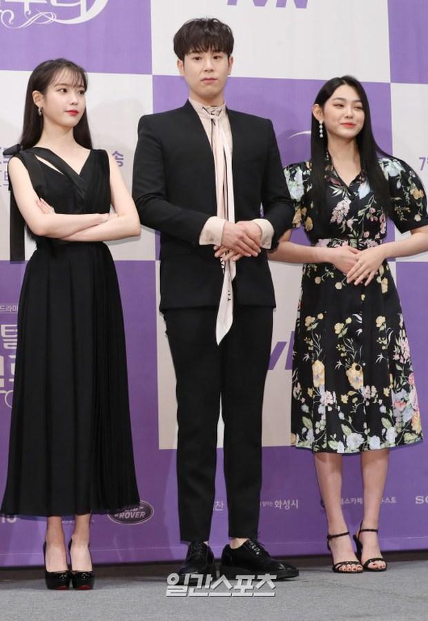 MXH Hàn dậy sóng vì bộ ảnh chụp lén IU đẹp như mơ từ bàn tay của 1 fan đặc biệt, netizen ngã ngửa khi biết danh tính - Ảnh 12.