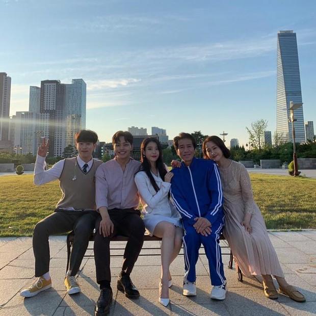MXH Hàn dậy sóng vì bộ ảnh chụp lén IU đẹp như mơ từ bàn tay của 1 fan đặc biệt, netizen ngã ngửa khi biết danh tính - Ảnh 13.