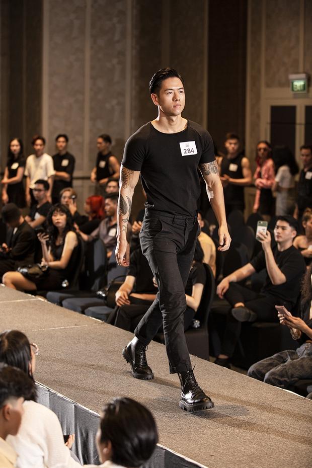 TyhD phấn khích giơ bảng chọn khi bạn trai khoe body 6 múi cực căng tại casting người mẫu cho VIFW! - Ảnh 2.
