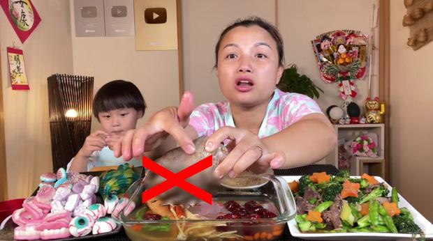 Fan rần rần đòi huỷ follow và anti Quỳnh Trần JP sau clip ăn chân gấu gây tranh cãi - Ảnh 5.