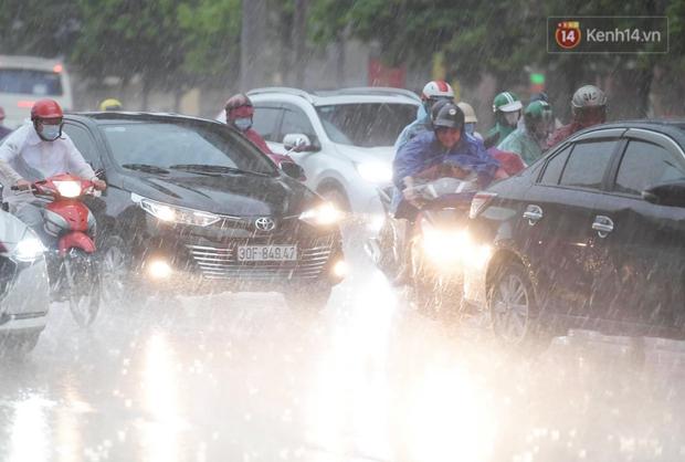 Ảnh: Bầu trời tối sầm kèm mưa giông bất ngờ trút xuống, người dân Hà Nội chật vật nhích từng chút một thoát cảnh ùn tắc - Ảnh 5.