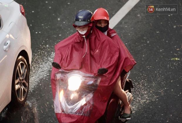 Ảnh: Bầu trời tối sầm kèm mưa giông bất ngờ trút xuống, người dân Hà Nội chật vật nhích từng chút một thoát cảnh ùn tắc - Ảnh 11.