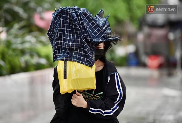 Ảnh: Bầu trời tối sầm kèm mưa giông bất ngờ trút xuống, người dân Hà Nội chật vật nhích từng chút một thoát cảnh ùn tắc - Ảnh 12.