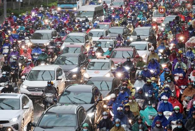 Ảnh: Bầu trời tối sầm kèm mưa giông bất ngờ trút xuống, người dân Hà Nội chật vật nhích từng chút một thoát cảnh ùn tắc - Ảnh 7.
