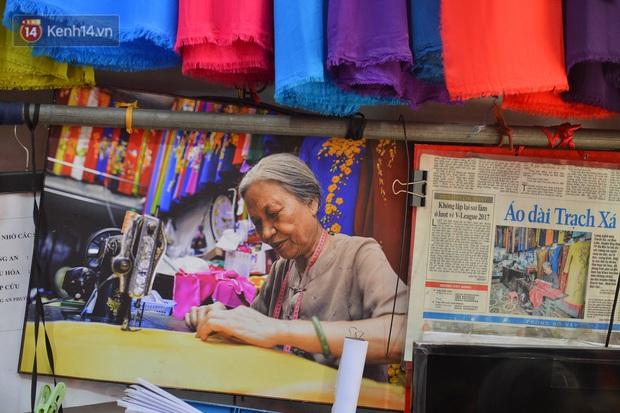 Chuyện cụ bà tóc trắng bên trong tiệm may 4 đời ở phố cổ: Tôi mất 400 cây vàng để mua lại cái tiệm chưa đầy 20m2 này - Ảnh 8.