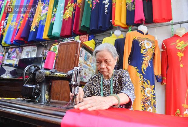 Chuyện cụ bà tóc trắng bên trong tiệm may 4 đời ở phố cổ: Tôi mất 400 cây vàng để mua lại cái tiệm chưa đầy 20m2 này - Ảnh 3.