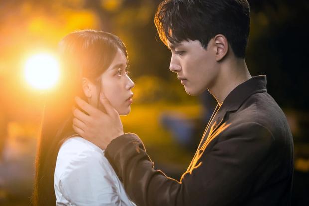 Đau đầu chọn couple có chemistry đỉnh nhất Kpop: Hyeri - Park Bo Gum có plot twist gây sốc, IU mê luôn tài tử kém 4 tuổi? - Ảnh 2.