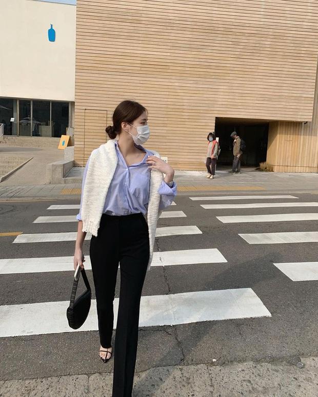 Trời mưa mà chỉ diện đồ trắng là rất dở, chị em nên ghim 15 công thức sau để luôn mặc đẹp và chỉn chu - Ảnh 2.