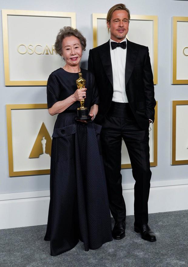 Sao Hàn 74 tuổi vừa nhận giải Oscar đã bị MC hỏi câu vô duyên về Brad Pitt, ai ngờ gây bão vì chốt hạ: Tôi có phải là chó đâu - Ảnh 3.