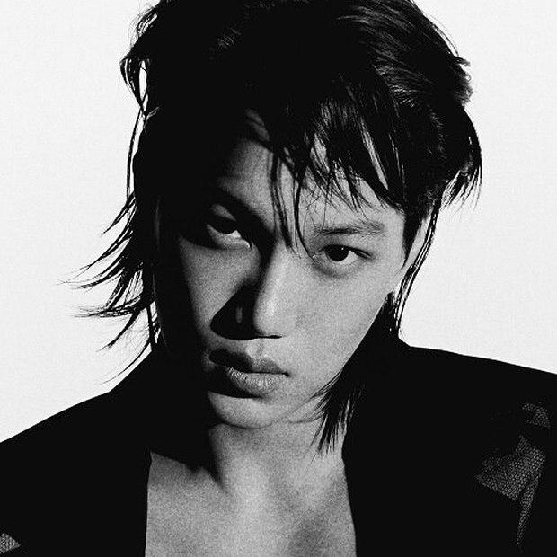 Nam idol Kpop có thói quen dị trên sân khấu: Hát xong thì quăng mic bịch bịch đầy phũ phàng nhìn mà xót - Ảnh 1.