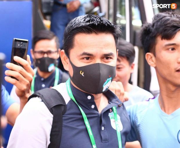 Fan Thái Lan tranh cãi nảy lửa khi HLV Kiatisuk tạo cơn sốt vé ở Việt Nam: Làm ơn hãy mang ông ấy về đi - Ảnh 1.