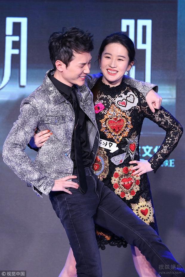 Vừa ly hôn với Triệu Lệ Dĩnh, Phùng Thiệu Phong đã yêu ngay Lưu Diệc Phi, cặp đôi hoá ra phim giả tình thật? - Ảnh 7.