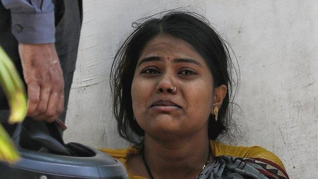 Thực trạng chua xót ở Ấn Độ: Bệnh nhân Covid-19 cầm cự tại nhà bằng oxy mua ở chợ đen với giá cắt cổ, tán gia bại sản cũng vẫn phải cố - Ảnh 1.