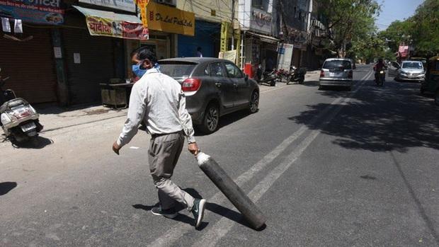 Thực trạng chua xót ở Ấn Độ: Bệnh nhân Covid-19 cầm cự tại nhà bằng oxy mua ở chợ đen với giá cắt cổ, tán gia bại sản cũng vẫn phải cố - Ảnh 2.