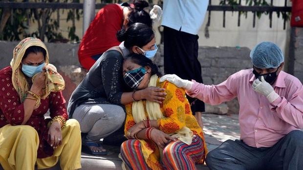 Thực trạng chua xót ở Ấn Độ: Bệnh nhân Covid-19 cầm cự tại nhà bằng oxy mua ở chợ đen với giá cắt cổ, tán gia bại sản cũng vẫn phải cố - Ảnh 3.