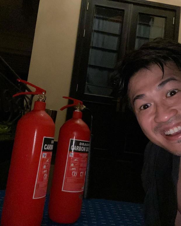 Thiếu gia Phillip Nguyễn được khen ngợi vì dũng cảm bê bình cứu hoả, xông vào dập đám cháy lớn ở gần nhà - Ảnh 1.