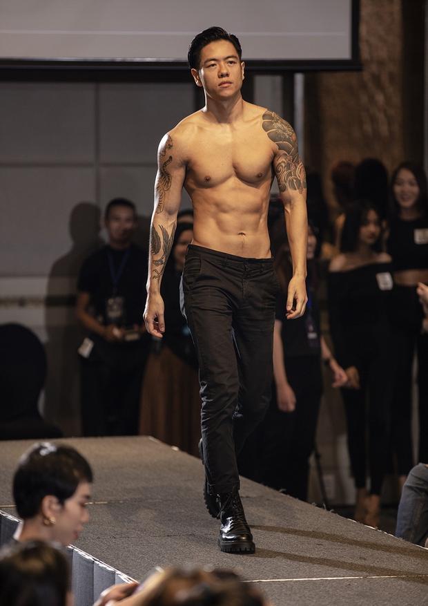 TyhD phấn khích giơ bảng chọn khi bạn trai khoe body 6 múi cực căng tại casting người mẫu cho VIFW! - Ảnh 4.