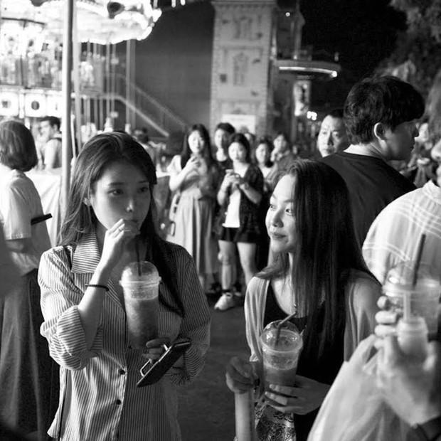 MXH Hàn dậy sóng vì bộ ảnh chụp lén IU đẹp như mơ từ bàn tay của 1 fan đặc biệt, netizen ngã ngửa khi biết danh tính - Ảnh 10.