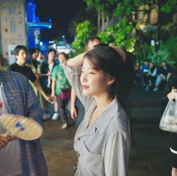 MXH Hàn dậy sóng vì bộ ảnh chụp lén IU đẹp như mơ từ bàn tay của 1 fan đặc biệt, netizen ngã ngửa khi biết danh tính - Ảnh 3.