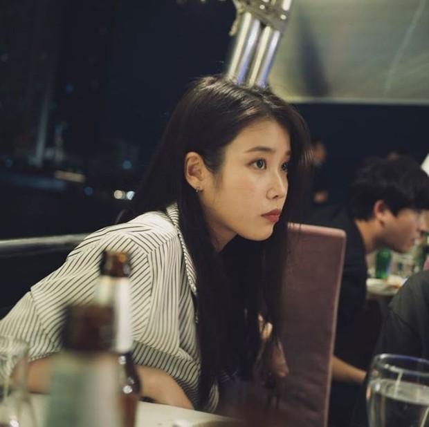 MXH Hàn dậy sóng vì bộ ảnh chụp lén IU đẹp như mơ từ bàn tay của 1 fan đặc biệt, netizen ngã ngửa khi biết danh tính - Ảnh 6.