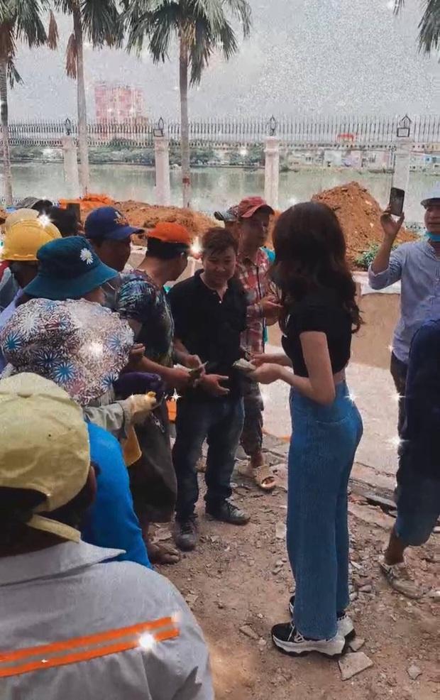 Ngọc Trinh ghé thăm lâu đài 1800m2 to vật vã của Vũ Khắc Tiệp, cầm cả xấp tiền phát cho 40 thợ xây chuẩn style nữ chủ tịch - Ảnh 5.