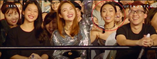 Đông Nhi đang chào dàn khách mời trong liveshow nhưng quay đến biểu cảm của Diệu Nhi thì cười mệt - Ảnh 6.