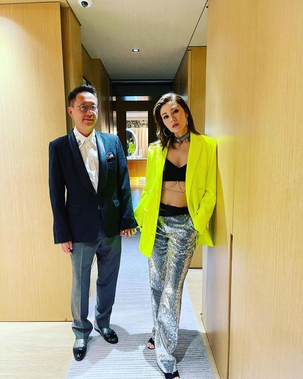 Hoa hậu đẹp nhất Hong Kong gây bão với màn hở bạo khoe body khó tin ở tuổi 50, lu mờ chồng tỷ phú đứng bên - Ảnh 3.