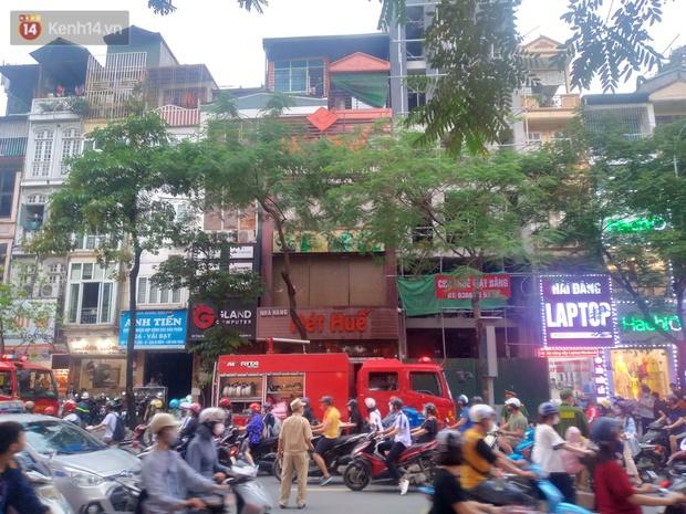 Hà Nội: Cháy nhà hàng Nét Huế đúng giờ cao điểm, giao thông ùn tắc nghiêm trọng - Ảnh 4.