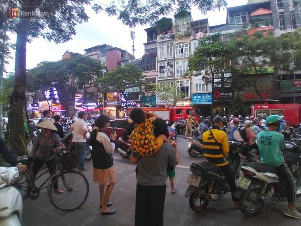 Hà Nội: Cháy nhà hàng Nét Huế đúng giờ cao điểm, giao thông ùn tắc nghiêm trọng - Ảnh 5.