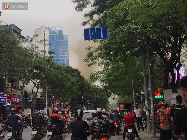 Hà Nội: Cháy nhà hàng Nét Huế đúng giờ cao điểm, giao thông ùn tắc nghiêm trọng - Ảnh 6.