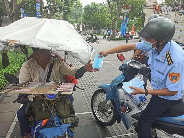 TP.HCM bắt đầu ra quân nhắc nhở, yêu cầu người dân đeo khẩu trang nơi công cộng: Cố tình chống đối sẽ xử phạt - Ảnh 8.