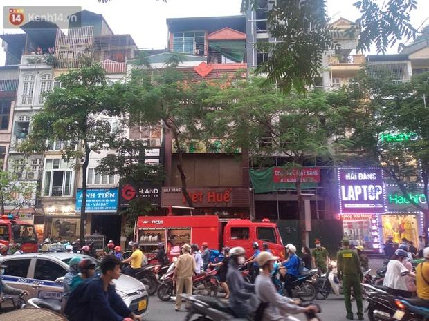 Hà Nội: Cháy nhà hàng Nét Huế đúng giờ cao điểm, giao thông ùn tắc nghiêm trọng - Ảnh 8.