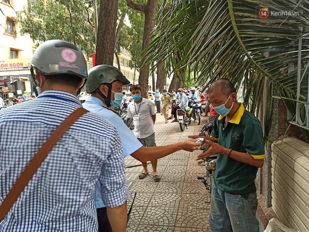 TP.HCM bắt đầu ra quân nhắc nhở, yêu cầu người dân đeo khẩu trang nơi công cộng: Cố tình chống đối sẽ xử phạt - Ảnh 7.