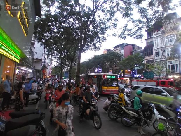 Hà Nội: Cháy nhà hàng Nét Huế đúng giờ cao điểm, giao thông ùn tắc nghiêm trọng - Ảnh 3.