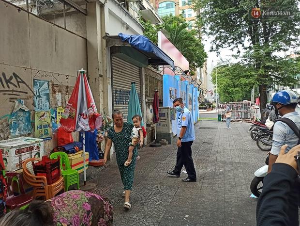 TP.HCM bắt đầu ra quân nhắc nhở, yêu cầu người dân đeo khẩu trang nơi công cộng: Cố tình chống đối sẽ xử phạt - Ảnh 6.
