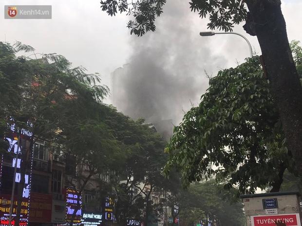 Hà Nội: Cháy nhà hàng Nét Huế đúng giờ cao điểm, giao thông ùn tắc nghiêm trọng - Ảnh 1.